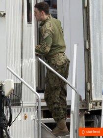 Аарон Тейлор-Джонсон на съемках фильма «Годзилла»: aaron-taylor-johnson-military-uniform-on-godzilla-set-01_Starbeat.ru