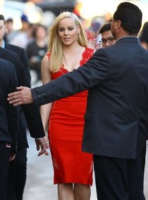 Эбби Корниш в Голливуде на шоу Джимми Киммела: abbie-cornish-amazing-in-red-dress-at-jimmy-kimmel-live-2014--01_Starbeat.ru