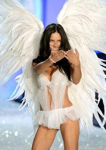 Модный показ «Victoria's Secret» в Нью-Йорке: Адриана Лима на подиуме: adriana-lima---victorias-secret-fashion-show-runway-2013--01_Starbeat.ru