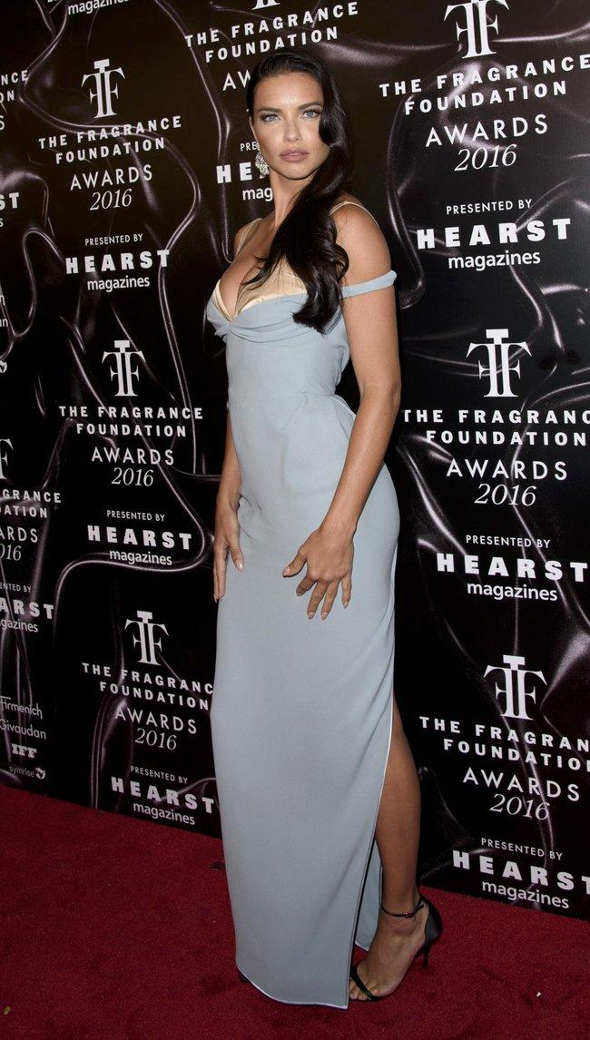 Адриана Лима с открытым ртом на «Fragrance Foundation Awards» в Нью-Йорке 2016: adriana-lima-10_Starbeat.ru