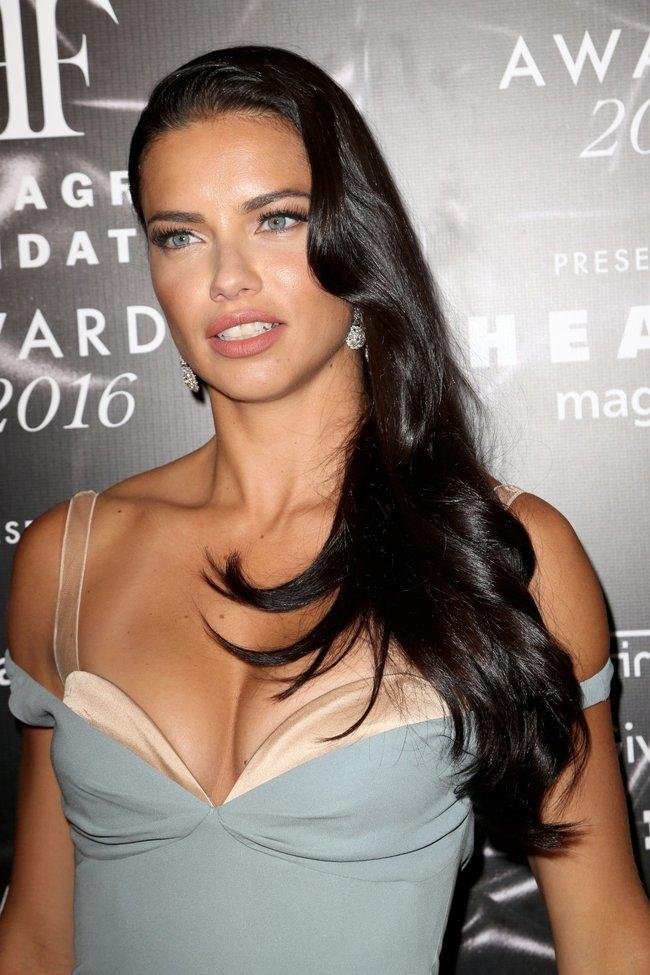 Адриана Лима с открытым ртом на «Fragrance Foundation Awards» в Нью-Йорке 2016: adriana-lima-11_Starbeat.ru