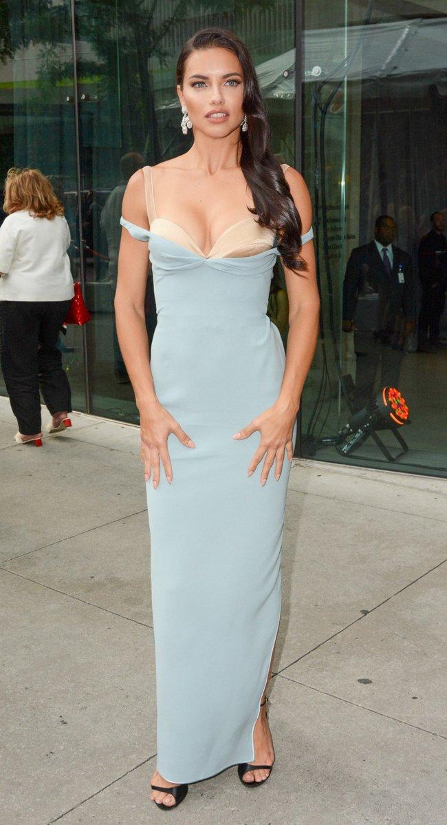 Адриана Лима с открытым ртом на «Fragrance Foundation Awards» в Нью-Йорке 2016: adriana-lima-1_Starbeat.ru