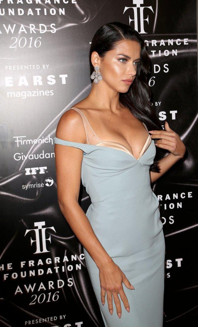 Адриана Лима с открытым ртом на «Fragrance Foundation Awards» в Нью-Йорке 2016: adriana-lima-20_Starbeat.ru