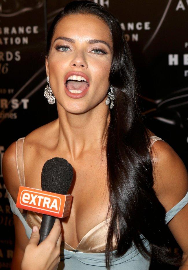 Адриана Лима с открытым ртом на «Fragrance Foundation Awards» в Нью-Йорке 2016: adriana-lima-5_Starbeat.ru