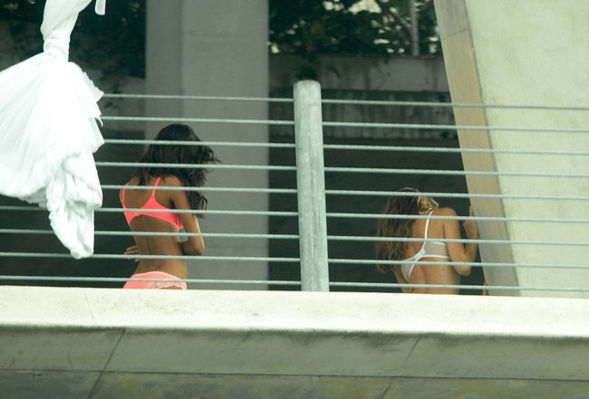 Съемки рекламы «Victoria's Secret» в Майами: Алессандра Амбросио, Адриана Лима и Бехати Принслу: alessandra-adriana-behati-11_Starbeat.ru