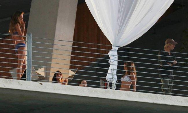 Съемки рекламы «Victoria's Secret» в Майами: Алессандра Амбросио, Адриана Лима и Бехати Принслу: alessandra-adriana-behati-18_Starbeat.ru
