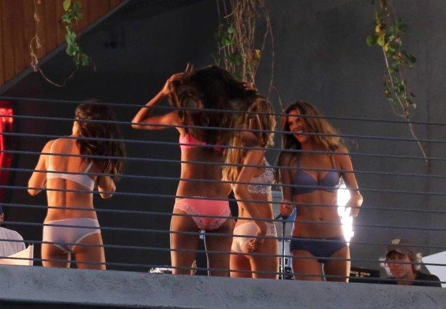 Съемки рекламы «Victoria's Secret» в Майами: Алессандра Амбросио, Адриана Лима и Бехати Принслу: alessandra-adriana-behati-20_Starbeat.ru