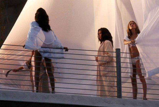 Съемки рекламы «Victoria's Secret» в Майами: Алессандра Амбросио, Адриана Лима и Бехати Принслу: alessandra-adriana-behati-23_Starbeat.ru