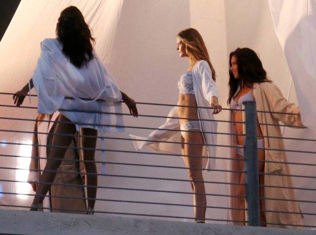 Съемки рекламы «Victoria's Secret» в Майами: Алессандра Амбросио, Адриана Лима и Бехати Принслу: alessandra-adriana-behati-24_Starbeat.ru