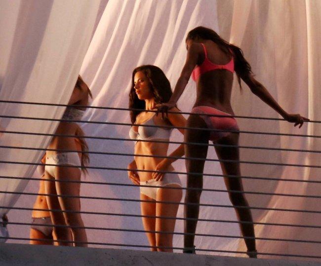 Съемки рекламы «Victoria's Secret» в Майами: Алессандра Амбросио, Адриана Лима и Бехати Принслу: alessandra-adriana-behati-25_Starbeat.ru