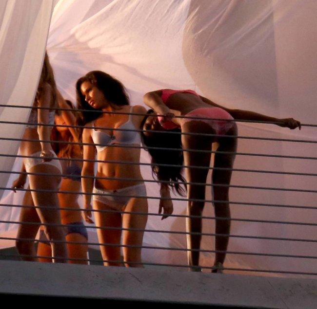 Съемки рекламы «Victoria's Secret» в Майами: Алессандра Амбросио, Адриана Лима и Бехати Принслу: alessandra-adriana-behati-26_Starbeat.ru