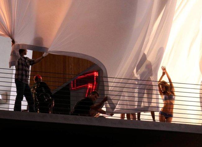 Съемки рекламы «Victoria's Secret» в Майами: Алессандра Амбросио, Адриана Лима и Бехати Принслу: alessandra-adriana-behati-31_Starbeat.ru