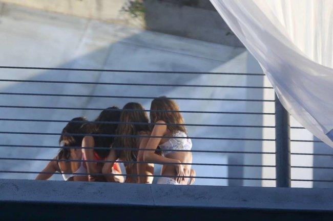Съемки рекламы «Victoria's Secret» в Майами: Алессандра Амбросио, Адриана Лима и Бехати Принслу: alessandra-adriana-behati-39_Starbeat.ru