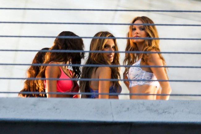 Съемки рекламы «Victoria's Secret» в Майами: Алессандра Амбросио, Адриана Лима и Бехати Принслу: alessandra-adriana-behati-4_Starbeat.ru