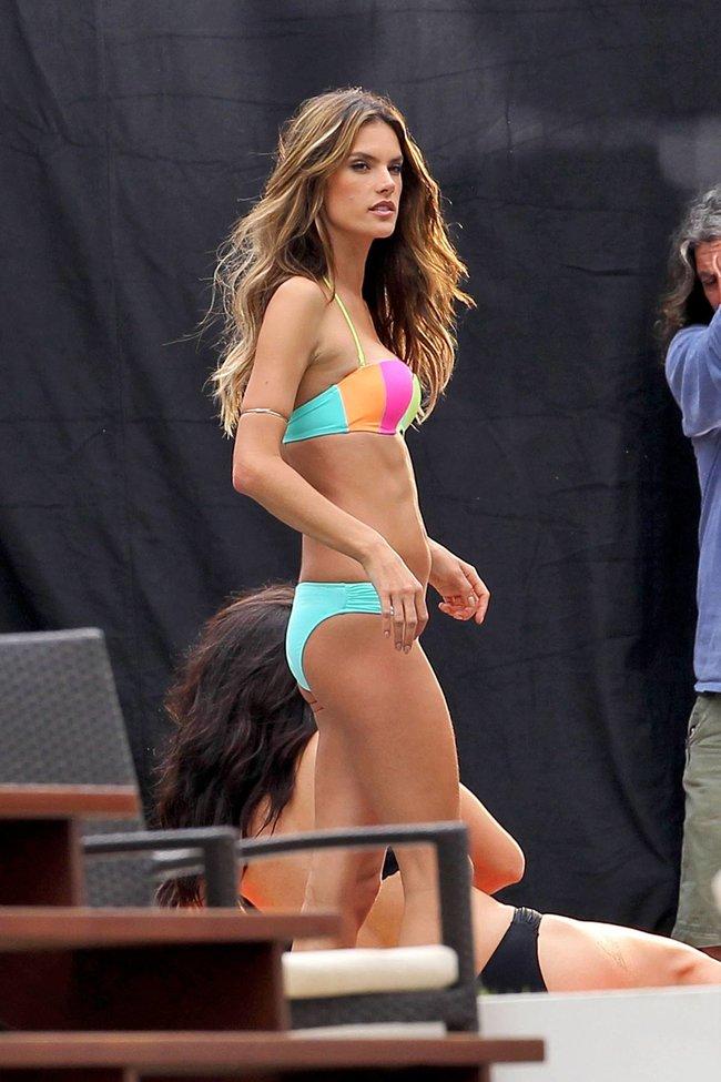 Съемки рекламы «Victoria's Secret» в Майами: Алессандра Амбросио, Адриана Лима и Бехати Принслу: alessandra-adriana-behati-8_Starbeat.ru