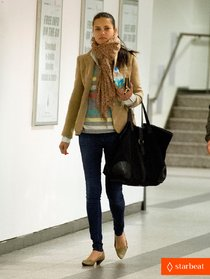 Папарацци и Адриана Лима в аэропорту «LaGuardia»: adriana-lima-everybody-is-afraid-of-something-01_Starbeat.ru