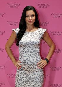 Адриана Лима посетила Дубаи: вечеринка «Victoria's Secret Fantasy Bra»: adriana-lima-vs-fantasy-bra-launch--01_Starbeat.ru