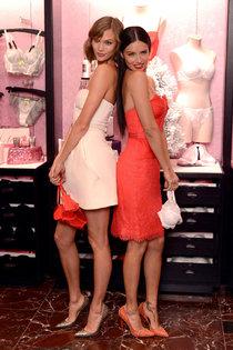 Адриана Лима и Карли Клосс на мероприятии «Victoria's Secret Angels Holiday Cheer»: karlie-kloss-and-adriana-lima-at-the-2013-vs-angels-holiday-cheer-gift-event-01_Starbeat.ru