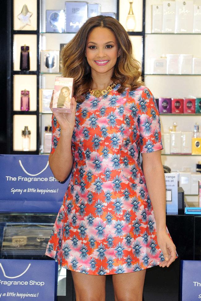 Алиша Диксон на презентации парфюма в Лондоне: alesha-dixon-perfume-launch-photocall--06_Starbeat.ru