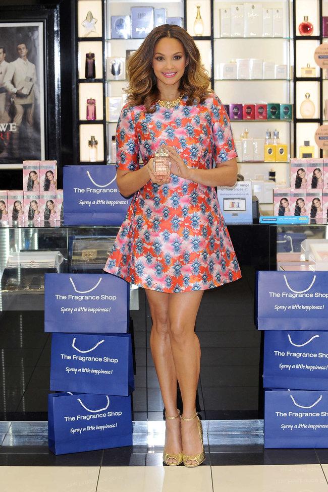 Алиша Диксон на презентации парфюма в Лондоне: alesha-dixon-perfume-launch-photocall--07_Starbeat.ru