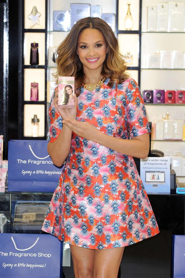 Алиша Диксон на презентации парфюма в Лондоне: alesha-dixon-perfume-launch-photocall--09_Starbeat.ru