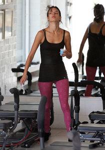 Алессандра Амбросио в Санта-Монике: занятия пилатесом: alessandra-ambrosio-in-yoga-pants-at-a-pilates-class--01_Starbeat.ru