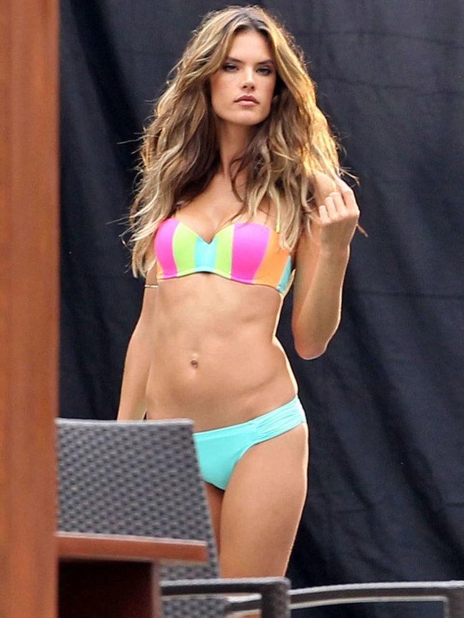 Съемки рекламы «Victoria's Secret» в Майами: Алессандра Амбросио, Адриана Лима и Бехати Принслу: alessandra-ambrosio-vs-bikini-photoshoot-2014--03_Starbeat.ru