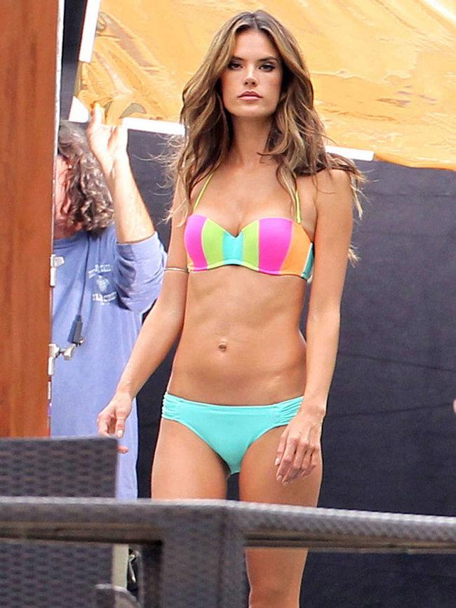 Съемки рекламы «Victoria's Secret» в Майами: Алессандра Амбросио, Адриана Лима и Бехати Принслу: alessandra-ambrosio-vs-bikini-photoshoot-2014--07_Starbeat.ru