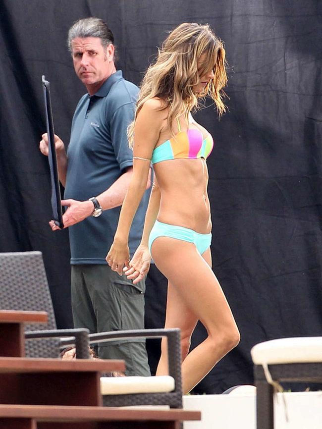 Съемки рекламы «Victoria's Secret» в Майами: Алессандра Амбросио, Адриана Лима и Бехати Принслу: alessandra-ambrosio-vs-bikini-photoshoot-2014--28_Starbeat.ru
