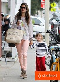 Звёздные дети: Алессандра Амбросио с дочкой Аней и сыном Ноа: alessandra-ambrosio-fred-segal-shopper-01_Starbeat.ru