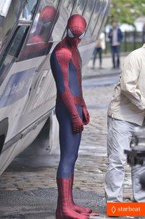 «Новый Человек-паук 2»: Эндрю Гарфилд на съемочной площадке: andrew-garfield-paul-giamatti-spider-man-2-stunt-scenes-01_Starbeat.ru