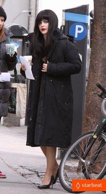 Кери Рассел на съемках сериала «Американцы»: keri-russell-black-wig-for-the-americans-01_Starbeat.ru