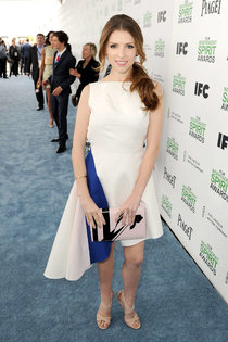 Анна Кендрик на голубой дорожке «Film Independent Spirit Awards»: anna-kendrick-2014-film-independent-spirit-awards--01_Starbeat.ru