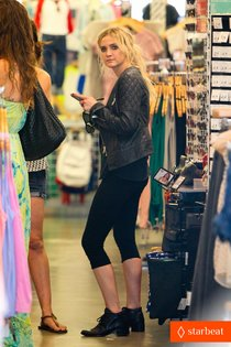 Эшли Симпсон на шоппинге в «American Apparel»: ashlee-simpson-cartwheels-with-samantha-barks-for-chicago-01_Starbeat.ru