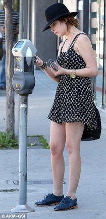 Эшли Бенсон в мини-платье: ashley-benson-in-a-mini-dress--01_Starbeat.ru