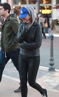 Эшли Бенсон после посещения кинотеатра в Лос-Анджелесе: Ashley-Benson---Leaving-the-movie-theater--01_Starbeat.ru