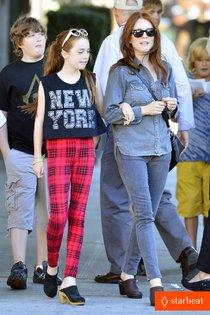 Звёздные дети: Джулианна Мур с дочкой Лив Фрейндлих в Нью-Йорке: julianne-moore-go-see-don-jon-01_Starbeat.ru