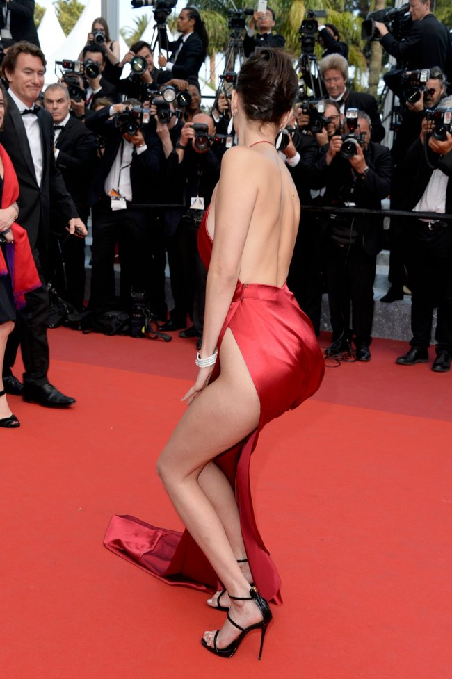 Почти голая Белла Хадид на премьере «La Fille Inconnue» в Каннах: bella-hadid-19_Starbeat.ru