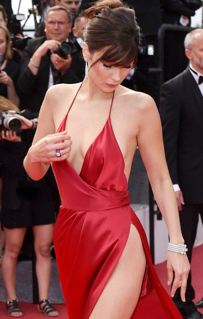 Почти голая Белла Хадид на премьере «La Fille Inconnue» в Каннах: bella-hadid-21_Starbeat.ru