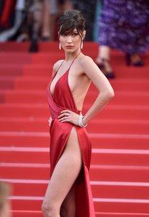 Почти голая Белла Хадид на премьере «La Fille Inconnue» в Каннах: bella-hadid-2-1_Starbeat.ru