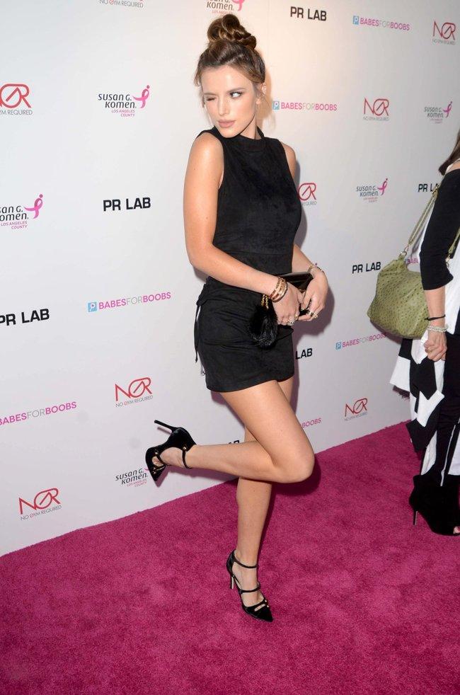 Белла Торн мигает глазом на аукционе «Babes For Boobs: Los Angeles Live Bachelor Auction»: bella-thorne-1-2_Starbeat.ru