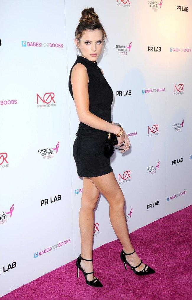 Белла Торн мигает глазом на аукционе «Babes For Boobs: Los Angeles Live Bachelor Auction»: bella-thorne-10-1_Starbeat.ru