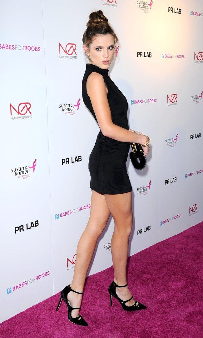 Белла Торн мигает глазом на аукционе «Babes For Boobs: Los Angeles Live Bachelor Auction»: bella-thorne-11-1_Starbeat.ru