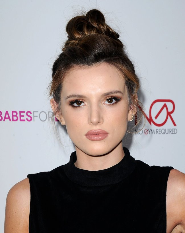 Белла Торн мигает глазом на аукционе «Babes For Boobs: Los Angeles Live Bachelor Auction»: bella-thorne-13-1_Starbeat.ru