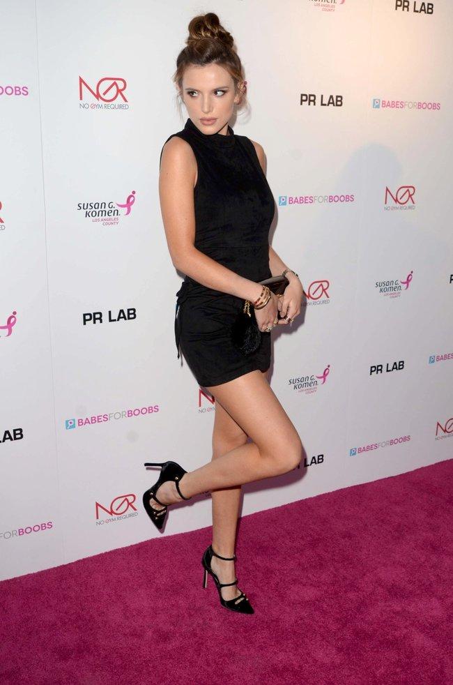 Белла Торн мигает глазом на аукционе «Babes For Boobs: Los Angeles Live Bachelor Auction»: bella-thorne-2-2_Starbeat.ru