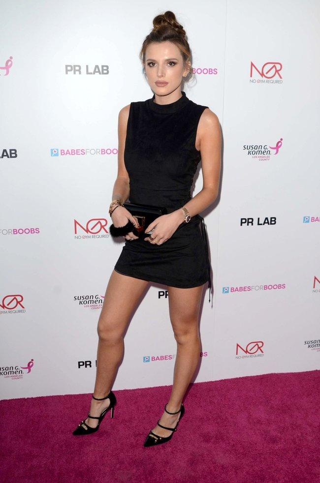 Белла Торн мигает глазом на аукционе «Babes For Boobs: Los Angeles Live Bachelor Auction»: bella-thorne-3-2_Starbeat.ru