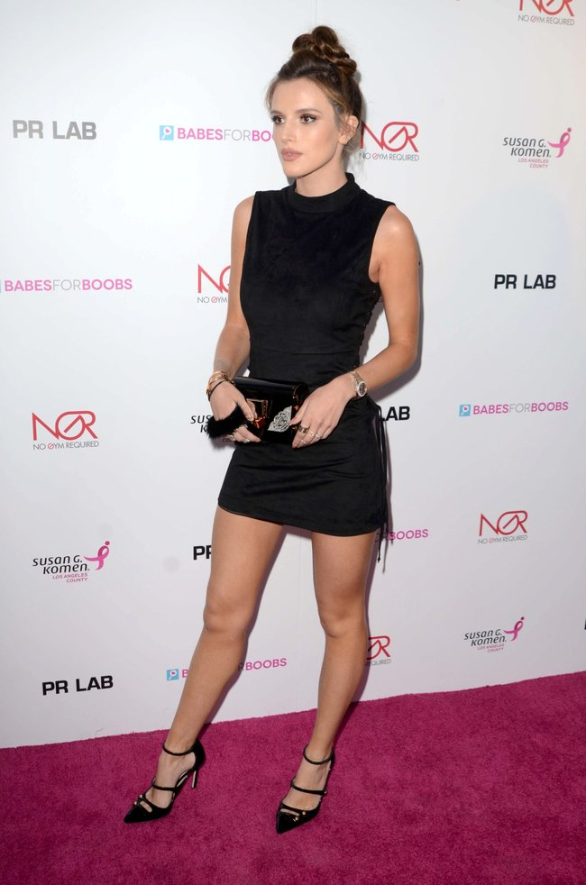 Белла Торн мигает глазом на аукционе «Babes For Boobs: Los Angeles Live Bachelor Auction»: bella-thorne-7-2_Starbeat.ru