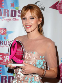 Юная Белла Торн на «KARtv Dance Awards» в Лас-Вегасе: bella-thorne---kartv-dance-awards-2013-in-las-vegas--01_Starbeat.ru