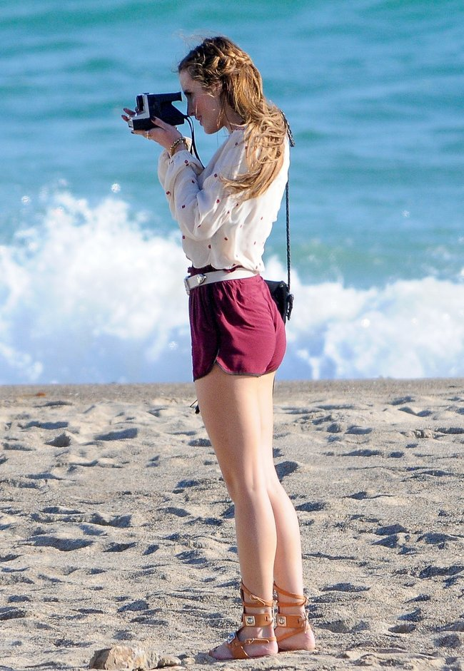 Фото Беллы Торн на съёмках фильма «You Get Me» в Лос-Анджелесе: bella-thorne-15-1_Starbeat.ru