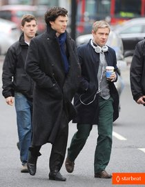 На съёмках третьего сезона «Шерлока»: Бенедикт Камбербэтч и Мартин Фриман: benedict-cumberbatch-martin-freeman-film-sherlock-season-3-03_Starbeat.ru